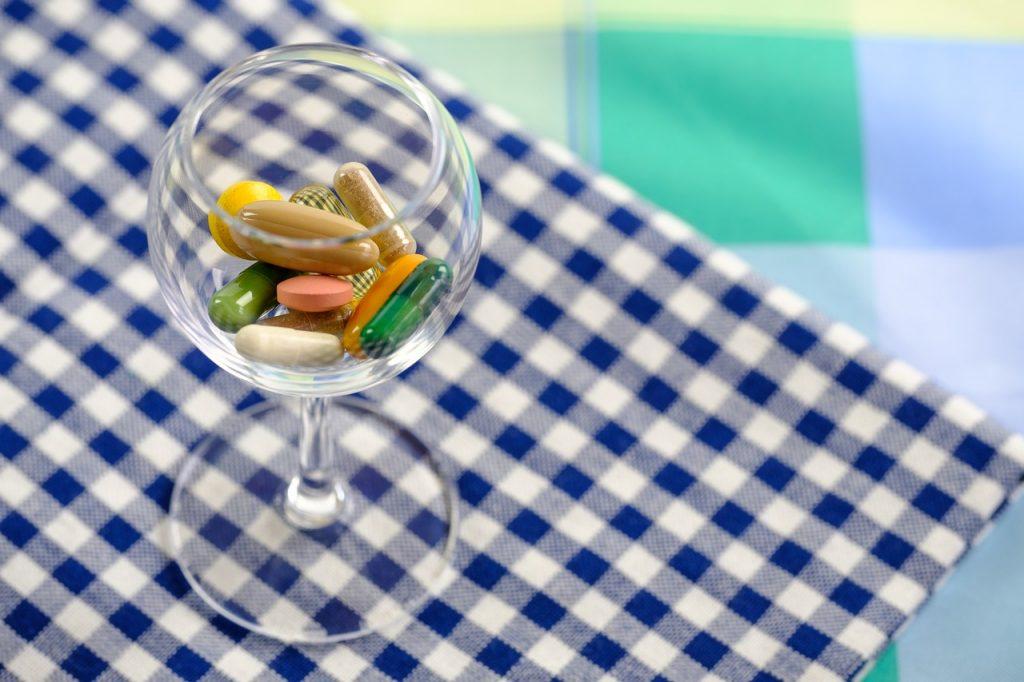ビタミンサプリメントは種類によって飲むタイミングが違う